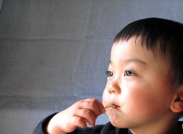 食事する子ども,プール熱,症状,