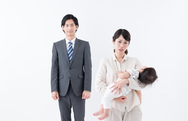 赤ちゃんを抱っこするママとパパ,産後うつ,症状,
