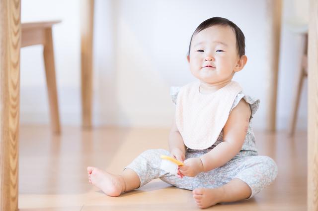 おすわりする赤ちゃん,赤ちゃん ,便秘,綿棒
