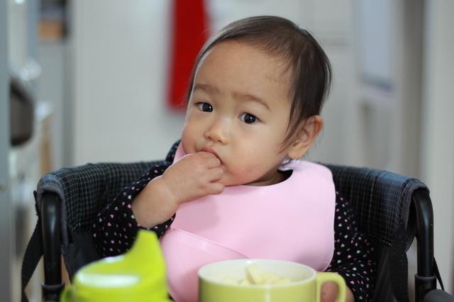 りんごを食べる赤ちゃん,赤ちゃん ,便秘,綿棒