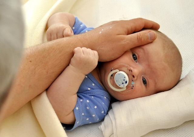おしゃぶりをする赤ちゃん,赤ちゃん,しゃっくり,止め方