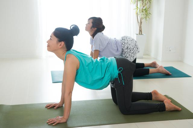 ヨガをする女性,産後,腰痛,