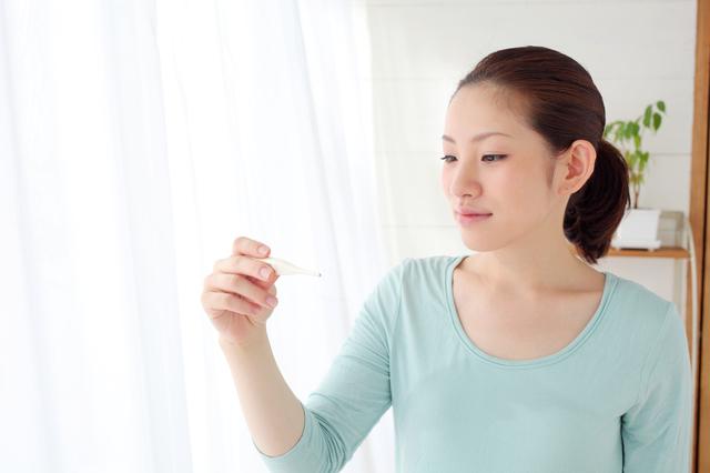 体温を見る女性,妊娠時,基礎体温,