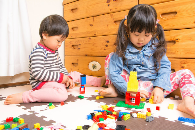 おもちゃで遊ぶ子ども,片付け,子ども,