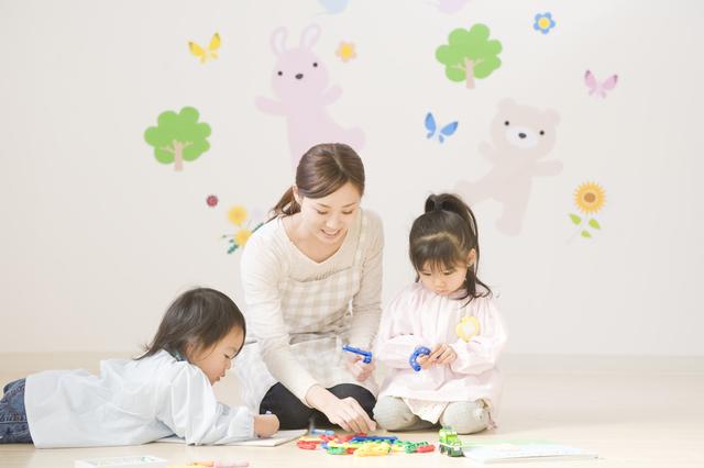 子どもと遊ぶ保育士,保育士不足,保育園,待機児童