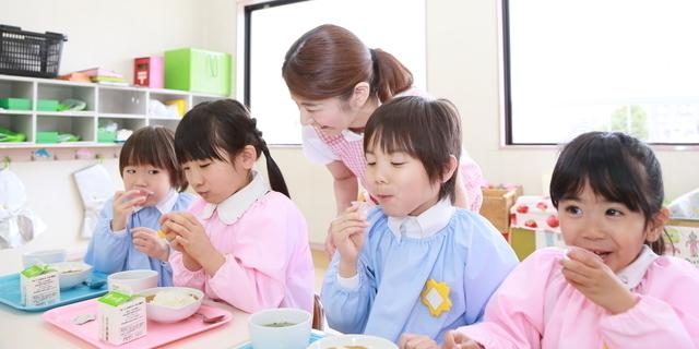 保育園で食事,子供,食事,