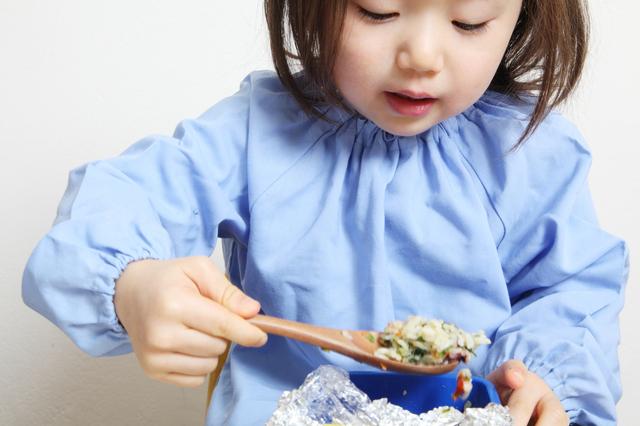 お弁当を食べる子ども,子供,食事,