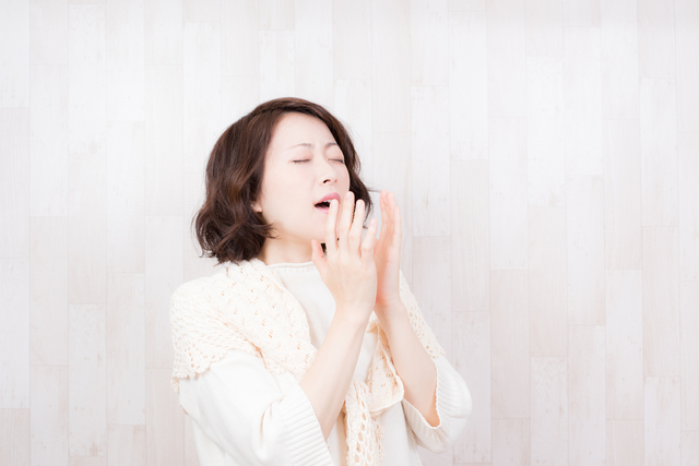 くしゃみをする女性,妊娠中,花粉症,