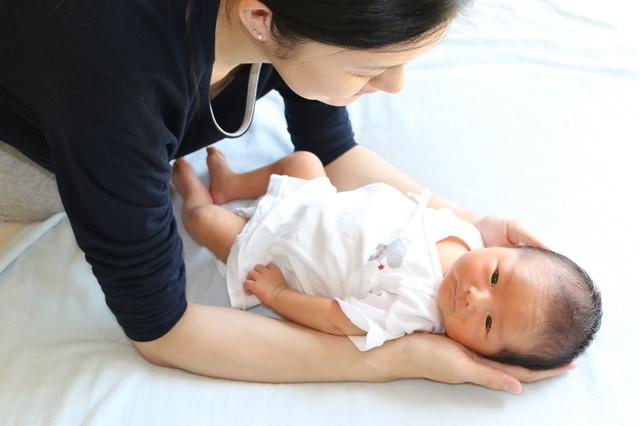 新生児と母親,新生児,育児,