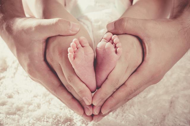 赤ちゃんの足,哺乳瓶,消毒,