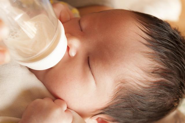 哺乳瓶をくわえる赤ちゃん,哺乳瓶,消毒,