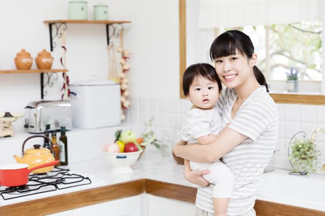 キッチンにいるママと赤ちゃん,哺乳瓶,消毒,