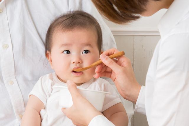 赤ちゃん離乳食食べさせる,離乳食,椅子,