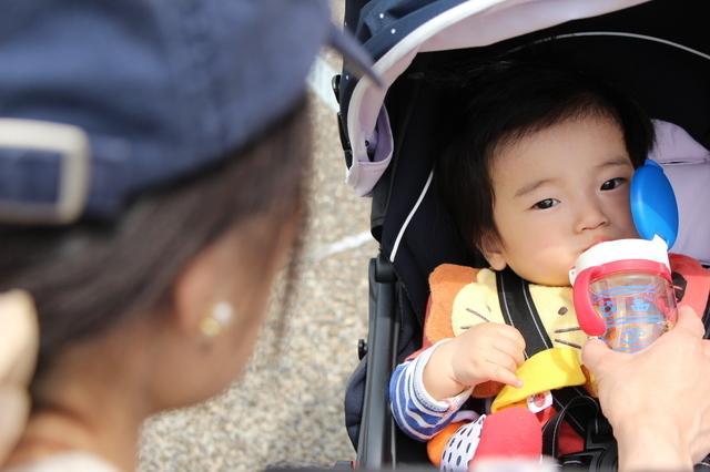 外出先で水分補給をする赤ちゃん,赤ちゃん,飲み物,