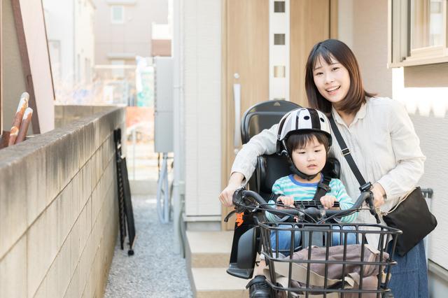 子ども乗せ自転車に乗る親子,子ども乗せ自転車,電動なし,