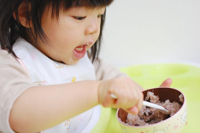スプーンで食べる女の子,子供,スプーン,フォーク