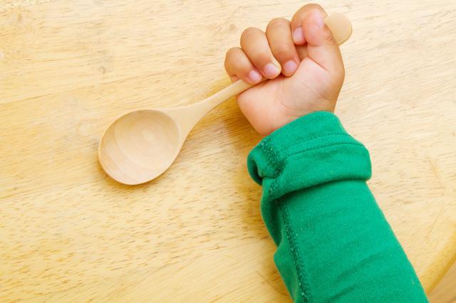 赤ちゃんの手とスプーン,子供,スプーン,フォーク