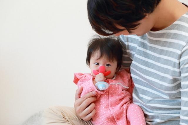 歯固めをしている赤ちゃん,赤ちゃん,歯固め,