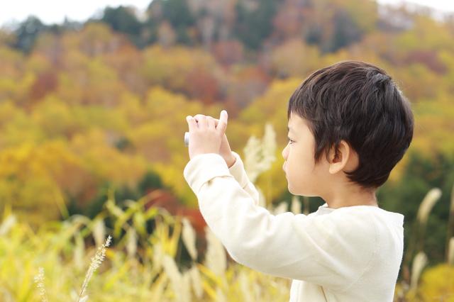 写真を撮る子ども,おもちゃ,カメラ,