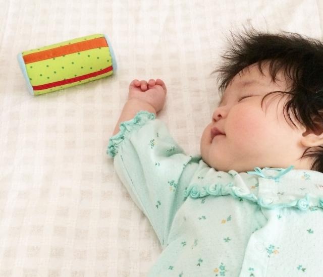寝ている赤ちゃんとおもちゃ,ベビージム,いつから,