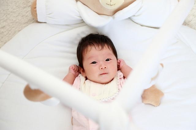 ベビージムを見上げる赤ちゃん,ベビージム,いつから,