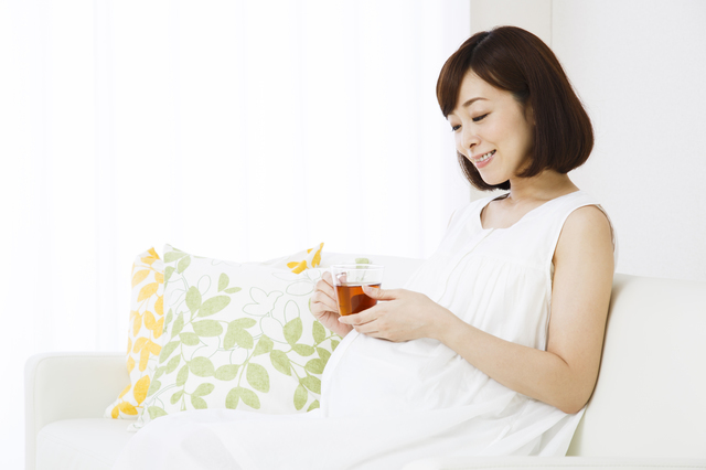 飲み物を飲む妊婦,ノンカフェイン,コーヒー,