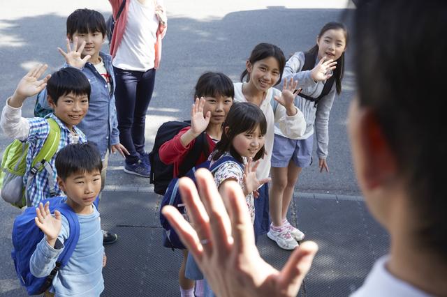 林間学校に出発する子どもたち,林間学校,リュック,