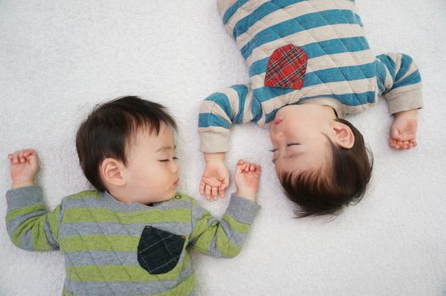 双子お昼寝,双子育児,