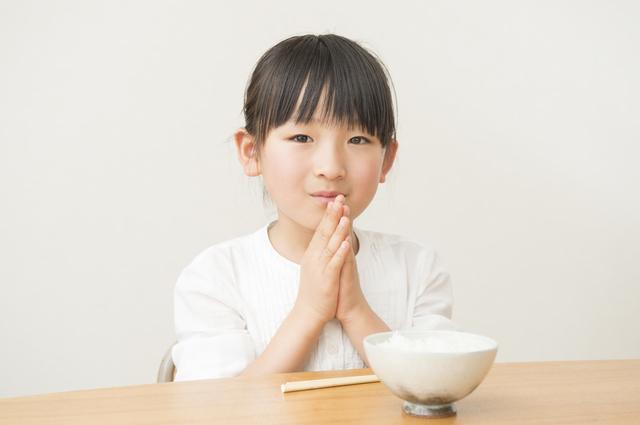 ご飯を食べる女の子,小学校,入学準備,