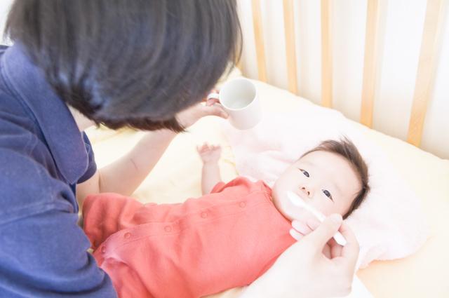 赤ちゃんに湯冷ましを飲ませる母,赤ちゃん,ミネラルウォーター,