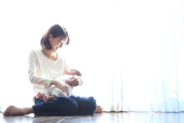 赤ちゃんを抱く母親,乳頭保護器,