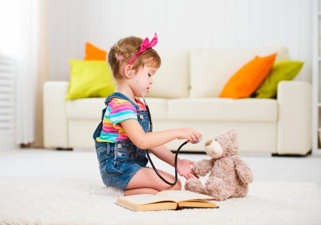 お医者さんごっこをする女の子,お医者さんごっこ,おもちゃ,手作り