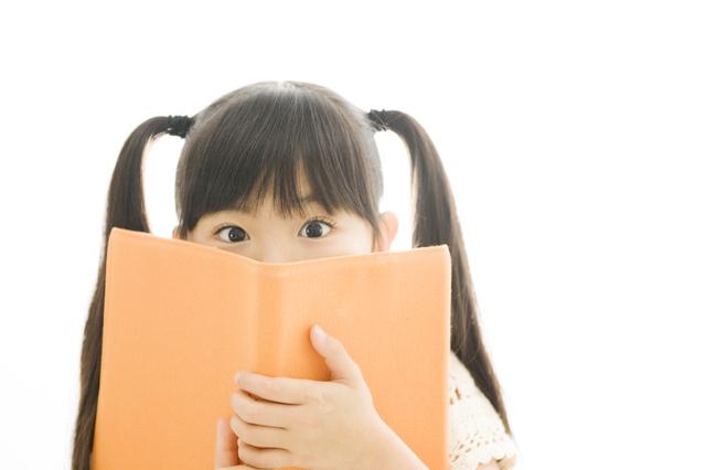絵本を選ぶ5歳の少女,5歳,絵本,
