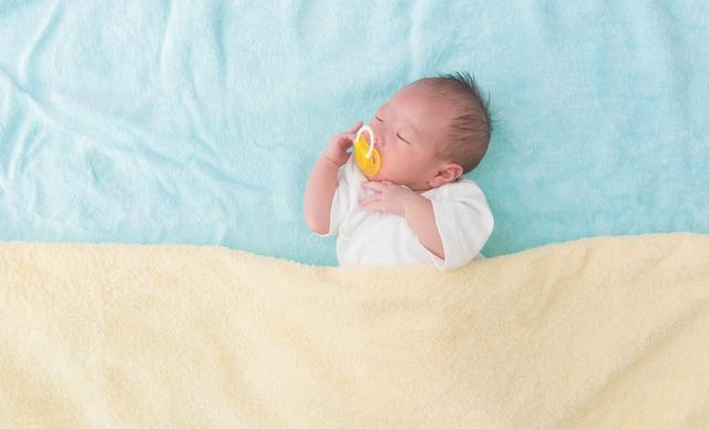 おしゃぶりをくわえた新生児,赤ちゃん,おしゃぶり,