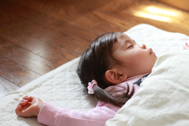 お昼寝する園児,保育園,布団,
