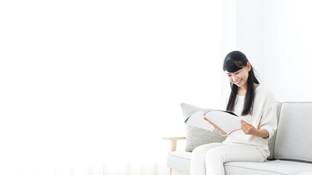 カタログを読む主婦,注文住宅,マイホーム,