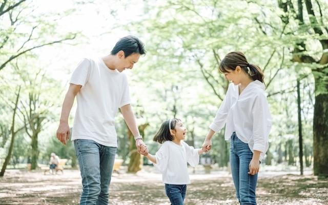 公園を散歩する親子,住み替え,不動産,