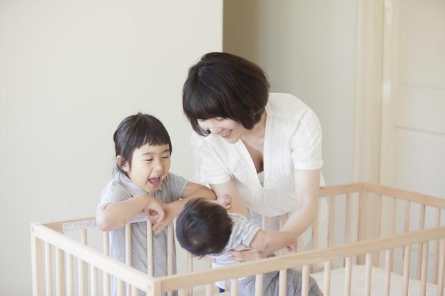 赤ちゃんをあやすママとお姉ちゃん,ベビーベッド,いつまで,