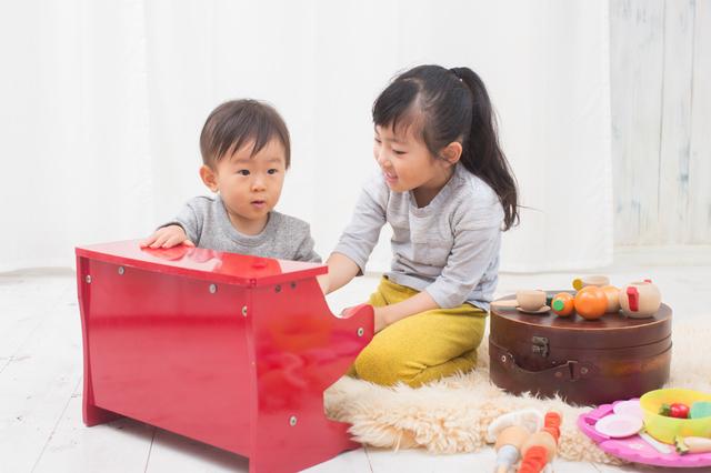 おもちゃピアノで遊ぶ子ども達,おもちゃ,ピアノ,