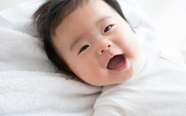 笑顔の赤ちゃん,ベビー布団,