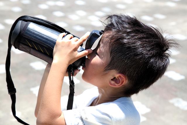 飲み物を水筒から飲む男の子,小学生,水筒,