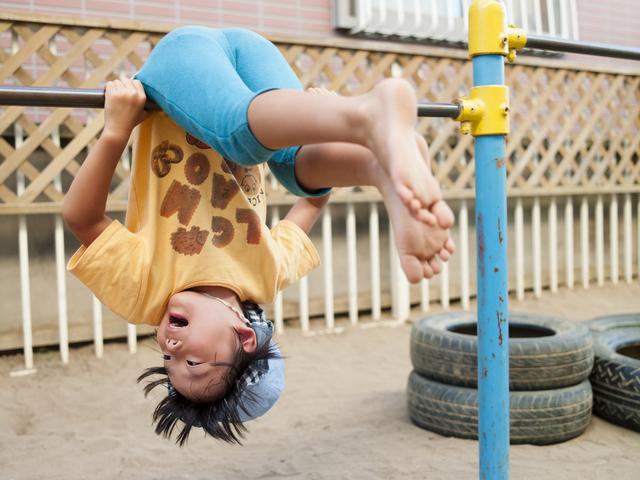 鉄棒で遊ぶ保育園児,外遊び,