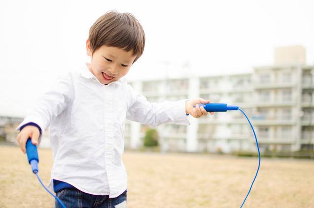 縄跳びをする園児,外遊び,