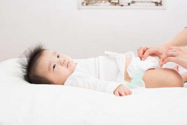 おむつを替えている赤ちゃん,おむつ替えシート,
