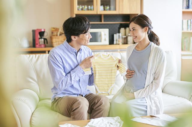 リビングでくつろぐ夫婦,新築,中古,注文住宅