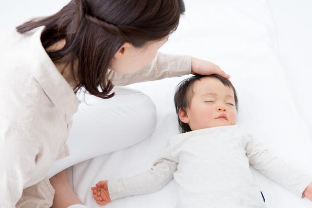 寝ている赤ちゃんと見守るママ,夜泣き,対策,