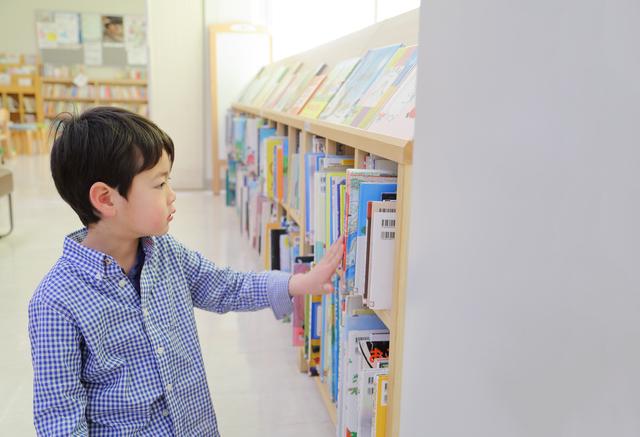 絵本を選ぶ男の子,絵本,おすすめ,3歳