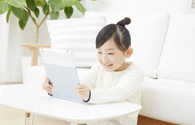 タブレットで記録する女の子,幼児,自由研究,