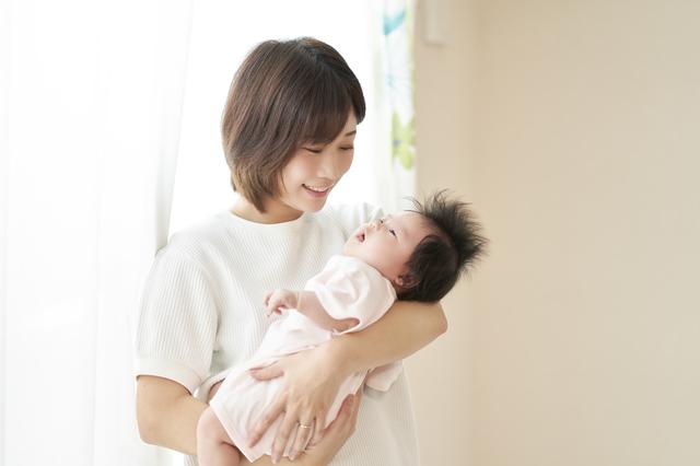 赤ちゃんを抱っこするママ,学資保険とは,
