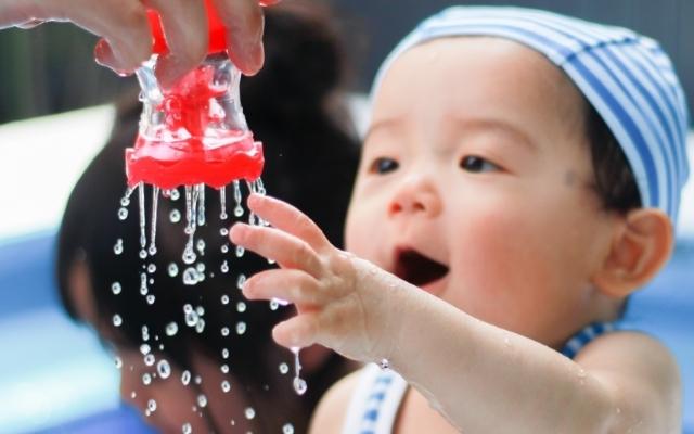 おもちゃに興味を持つ赤ちゃん,